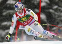 U.S. skier Lindsey Vonn makes a turn while on her way to winning the Women's World Cup Super-G skiing race in Lake Louise, Alberta, December 2, 2012. REUTERS/Mike Blake