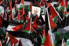 <p>Le président de l'Autorité palestinienne Mahmoud Abbas a été accueilli dimanche par une foule en liesse à son retour à Ramallah, en Cisjordanie, trois jours après le vote de l'Onu qui a accordé le statut d'Etat non-membre observateur à la Palestine. /Photo prise le 2 décembre 2012/REUTERS/Mohamad Torokman</p>