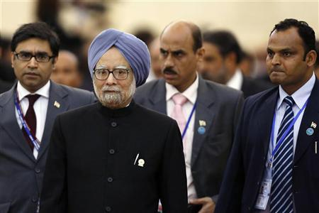 Indian Prime Minister Manmohan Singh (2nd L) is followed by his staff as he leaves a session of the 21st ASEAN (Association of Southeast Asian Nations) and East Asia summits in Phnom Penh November 20, 2012. REUTERS/Samrang Pring