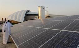 فريق الترويج لاستضافة كأس العالم 2022 يعرض منشأة لتبريد الاستادات الرياضية تعمل بالطاقة الشمسية في الدوحة يوم 14 سبتمبر ايلول 2010 - رويترز