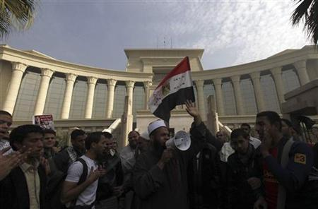 Supporters of Egyptian President Mohamed Mursi shout slogans and wave an Egyptian national flag in front of the Supreme Constitutional Court in Maadi, south of Cairo December 2, 2012. REUTERS/Amr Abdallah Dalsh