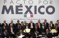 El presidente de México, Enrique Peña Nieto, firmó el domingo con los jefes de los principales partidos un pacto que busca facilitar el avance de reformas en el Congreso, algunas vitales para fortalecer la economía que antes fueron postergadas porque implicaban costes políticos. En la imagen, el presidente mexicano, segundo por la derecha en primera fila, y los presidentes de varios partidos del país firman el pacto en México, el 2 de diciembre de 2012. REUTERS/Edgard Garrido