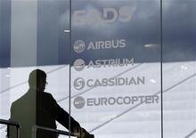 EADS confirmó el lunes que sus principales accionistas están negociando posibles cambios en la estructura de capital y de gobierno corporativo del grupo aeronáutico europeo. En la imagen, un visitante en el stand de EADS durante la feria aeronáutica ILA de Berlín, el 13 de septiembre de 2012. REUTERS/Tobias Schwarz