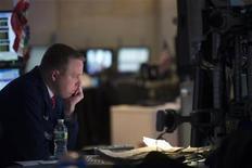 Un trader osserva gli schermi durante una seduta di borsa. REUTERS/Keith Bedford
