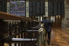 El Ibex-35 abrió el lunes con un recorte moderado ya que los retrocesos en algunos valores del sector bancario y Telefónica contrarrestaban los datos que apuntan a una mejoría económica en China, mientras se mantiene la incertidumbre fiscal en Estados Unidos. En la imagen, un operador observa un panel electrónico en la Bolsa de Madrid, el 3 de agosto de 2012. REUTERS/Juan Medina