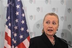 Secretária de Estado dos EUA, Hillary Clinton, fala durante coletiva de imprensa, em Praga. Hillary espera que os aliados da Otan cheguem a um acordo nesta semana sobre a instalação de mísseis Patriot na Turquia para defender esse país contra eventuais ataques da Síria. 03/12/2012 REUTERS/David W Cerny