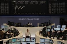 Помещение Франкфуртской фондовой биржи 3 декабря 2012 года. Европейские акции растут в понедельник за счет сырьевых компаний после публикации производственных данных Китая. REUTERS/Remote/Marte Kiessling