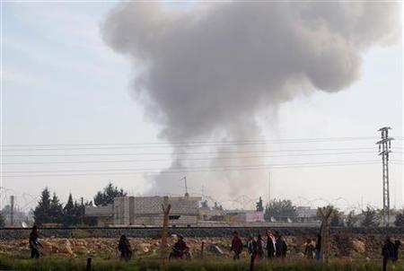 Syrians run for cover as smoke rises over the Syrian town of Ras al-Ain after an air strike, as seen from the Turkish border town of Ceylanpinar, Sanliurfa December 3, 2012. REUTERS/Laszlo Balogh (TURKEY - Tags: POLITICS CONFLICT)