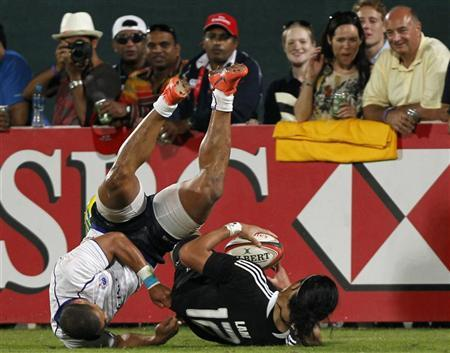 New Zealand's Ben Lam (R) fights for the ball against Samoa's Paul Perez during their Sevens World Series Cup final rugby match at The Sevens stadium in Dubai December 1, 2012. REUTERS/Jumana El Heloueh