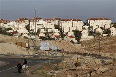Beduínos andam perto do assentamento judaico Maale Adumim, perto de Jerusalém, na Cisjordânia. 3/12/2012 REUTERS/Ammar Awad