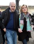 Pier Luigi Bersani está en la mejor posición para convertirse en el próximo gobernante italiano, después de las primarias de centroizquierda, pero el ex comunista debe convencer a los intranquilos mercados y a los votantes conservadores de que no llevará al país demasiado hacia la izquierda. En la imagen, el líder del Partido Democrático (PD), Pier Luigi Bersani, y su esposa Daniela, salen de un colegio electoral en piacenza, en el norte de Italia, el 2 de diciembre de 2012. REUTERS/Alessandro Garofalo