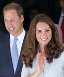 El príncipe Guillermo de Inglaterra y su esposa Catalina están esperando un hijo, dijo el lunes la oficina del príncipe. En la imagen, Guillermo y Catalina, duques de Cambridge, saludan a su salida del Hospicio Malasia, el mayor orfanato del país, en Kuala Lumpur, el 13 de septiembre de 2012. REUTERS/Bazuki Muhammad