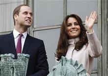 O principe britânico William (E) e Catherine, duquesa de Cambridge, visitam Cambridge, no centro da Inglaterra. O príncipe britânico William e sua mulher, Catherine, estão esperando um bebê, informou o escritório do príncipe nesta segunda-feira. 28/11/2012 REUTERS/Luke MacGregor