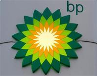 """La firma británica BP Plc divisa un nuevo futuro como un productor de petróleo y gas """"más sencillo"""" y """"más petrolero"""", mientras aumenta sus inversiones. En esta imagen de archivo, el logotipo de BP en una gasolinera en San petersburgo, el 18 de octubre de 2012. REUTERS/Alexander Demianchuk"""