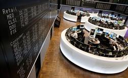 Las bolsas europeas revirtieron la mayor parte de los avances sobre el cierre de la sesión del lunes, retrocediendo desde un máximo de 17 meses tras unos datos decepcionantes del sector manufacturero en Estados Unidos y una persistente preocupación por la disputa fiscal en ese país. En la imagen, una vista general de la Bolsa alemana en Fráncfort, el 7 de noviembre de 2012. REUTERS/Lisi Niesner
