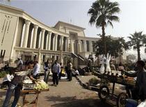 Comerciantes de rua vendem refrescos em frente ao Supremo Tribunal Constitucional em Maadi, ao sul do Cairo, no Egito. 2/12/2012 REUTERS/Amr Abdallah Dalsh