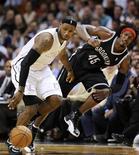 LeBron James, jugador de Miami Heat, fue nombrado Deportista del Año 2012 por Sports Illustrated, anunció el lunes la revista estadounidense. En la imagen, el jugador de Miami Heat LeBron James (izquierda) y Gerard Wallace, de Brooklyn Nets, luchan por el balón durante la primera mitad de su partido de la NBA en Miami, Florida, el 1 de diciembre de 2012. REUTERS/Rhona Wise