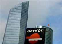La petrolera española Repsol presentó el lunes una demanda contra el Gobierno argentino ante un panel de resolución de disputas del Banco Mundial por la nacionalización de su filial YPF, dijo una fuente jurídica. En la imagen, el logo de la energética española Repsol en una gasolinera en Madrid, el 23 de noviembre de 2012. REUTERS/Sergio Pérez