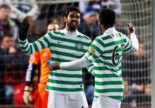 La aspiración del Celtic de pasar a octavos de final de la Liga de Campeones se ha visto respaldada por Lionel Messi, que cree que los aficionados del club escocés merecen ver progresar a su equipo. En la imagen, los jugadores del Celtic Lassad Nouioui (a la izquierda) y Victor Wanyama celebran su gol contra el Hearts durante un partido de la Premier League escocesa en el Estadio Tynecastle de Edimburgo, en Escocia, el 28 de noviembre de 2012. REUTERS/David Moir