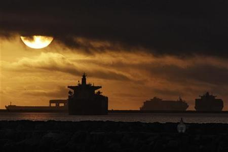 Anchored container ships and with other vessels sit offshore near the ports of Los Angeles and Long Beach during a strike by the International Longshore and Warehouse Union Local 63 Office Clerical Unit in Los Angeles, California December 2, 2012. REUTERS/Jonathan Alcorn