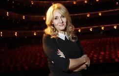 """Escritora J.K. Rowling posa para fotos durante evento publicitário em Nova York, em outubro. """"Morte Súbita"""", primeiro romance adulto de Rowling, ganhará uma adaptação para a televisão, anunciou a emissora pública britânica BBC na segunda-feira. 16/10/2012 REUTERS/Carlo Allegri"""