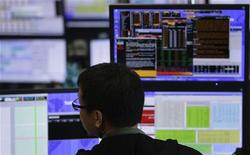 Un trader lavora durante una seduta di borsa. REUTERS/Tim Chong