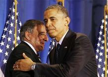 """La Casa Blanca desestimó una propuesta de los republicanos del Congreso en las negociaciones sobre el """"abismo fiscal"""" que incluye reformas impositivas y recortes de gastos, diciendo que no cumple con la promesa del presidente Barack Obama de elevar los impuestos a los estadounidenses más ricos. En la imagen, Obama saluda al secretario de Defensa, Leon Panetta en un simposium en Washington, el 3 de diciembre de 2012. REUTERS/Larry Downing"""