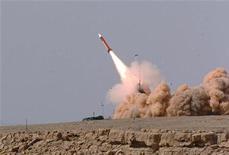 Залп комплекса Patriot во время военных учений в южной части Израиля 12 апреля 2005 года. Госсекретарь США Хиллари Клинтон надеется, что страны НАТО на этой неделе договорятся о размещении в Турции зенитных ракет Patriot, которые станут защитой от возможного удара со стороны Сирии, сообщили американские чиновники. REUTERS/IDF/Handout