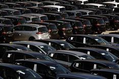 <p>Les immatriculations de voitures neuves ont baissé de 3,3% environ le mois dernier en Allemagne, à 260.000 unités. Depuis le début de l'année, les immatriculations sont en repli de 1,7% à quelque 2,9 millions. /Photo d'archives/REUTERS/Ina Fassbender</p>