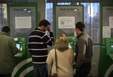 El paro subió en España por cuarto mes consecutivo en noviembre al registrar un incremento mensual del 1,54 por ciento, dijo el martes el Ministerio de Empleo y Seguridad Social en una nota de prensa. El desempleo se incrementó en noviembre en 74.296 personas hasta totalizar los 4.907.817. En el mismo mes del año pasado, el desempleo aumentó en 59.536 personas. En la imagen, un gupo de personas en una oficina del paro en Dos Hermanas, cerca de Sevilla, el 4 de diciembre de 2012. REUTERS/Marcelo del Pozo