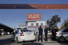 Policiais parulham arredores da sede de um partido de extrema direita após uma bomba explodir no escritório em Atenas. 04/12/2012 REUTERS/Yorgos Karahalis