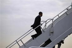 U.S. President Barack Obama steps aboard Air Force One in Philadelphia, Pennsylvania, November 30, 2012. During a visit to a Pennsylvania toy factory on Friday, Obama pushed for congress to resolve the issue of U.S. debt and Bush-era tax cuts that are set to expire at the end of the year. REUTERS/Jason Reed (UNITED STATES - Tags: POLITICS BUSINESS)