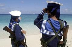 Вьетнамские военные моряки патрулируют острова Спратли 13 апреля 2010 года. Вьетнам усилит морские пограничные патрули для защиты своих рыбацких флотилий в Южно-Китайском море после того, как вьетнамская государственная компания обвинила китайских моряков в саботаже, а Индия заявила о готовности направить военные корабли для защиты вьетнамо-индийских интересов. REUTERS/Stringer