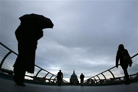 Commuters cross the Millennium Bridge during a rainy morning, towards the financial district the City of London November 27, 2012. REUTERS/Stefan Wermuth