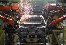 Robôs soldam carros na fábrica da Ford Motor, em São Bernardo do Campo. A produção industrial brasileira subiu 0,9 por cento em outubro frente a setembro, segundo dados divulgados pelo Instituto Brasileiro de Geografia e Estatística (IBGE). 14/06/2012 REUTERS/Paulo Whitaker