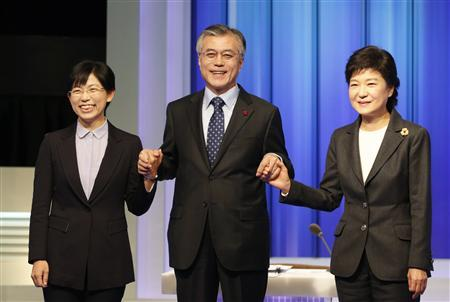South Korea's presidential candidates (L-R) Lee Jung-hee of opposition Unified Progressive Party, Moon Jae-in of the main opposition Democratic United Party and Park Geun-hye of ruling Saenuri Party pose before a televised debate in Seoul December 4, 2012. REUTERS/Lee Jae-Won