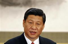 Генсек Коммунистической партии Китая Си Цзиньпин общается с прессой в Пекине 15 ноября 2012 года. Китай продолжит корректировать экономическую политику в 2013 году, чтобы обеспечить стабильный экономический рост, сообщило государственное телевидение, цитируя слова главы Коммунистической партии Китая Си Цзиньпина. REUTERS/Carlos Barria