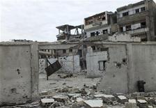 <p>Imagen de archivo de los restos de la escuela Zanoubiya y de otros edificios en el barrio al-Khalidiya en Homs, Siria, dic 3 2012. Las fuerzas del Gobierno de Siria bombardeaban el martes distritos controlados por rebeldes cerca de Damasco, en una prolongada ofensiva para contener el avance de los insurgentes hacia la base de poder del presidente Bashar al-Assad. REUTERS/Yazan Homsy</p>