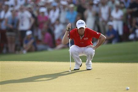 Rory McIlroy of Northern Ireland lines up his putt on the 18th green during the final round of the DP World Tour Championship at Jumeirah Golf Estates in Dubai November 25, 2012. REUTERS/Nikhil Monteiro
