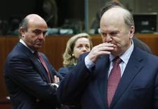 Il ministro irlandese delle Finanze Michael Noonan e il collega spagnolo dell'Economia Luis de Guindos oggi all'Ecofin di Bruxelles. REUTERS/Francois Lenoir