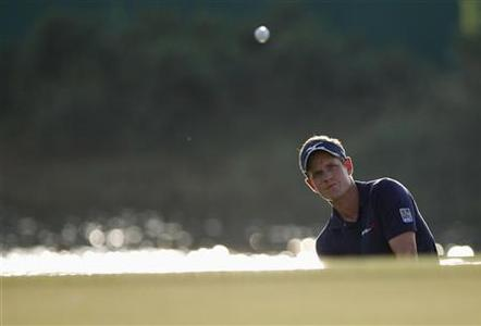 Luke Donald of Britain hits out of a bunker on the 17th hole during the final round of the DP World Tour Championship at Jumeirah Golf Estates in Dubai November 25, 2012. REUTERS/Nikhil Monteiro