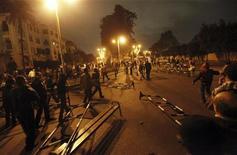 Manifestantes contra Mursi enfrentam a tropa de choque em frente ao palácio presidencial no Cairo, Egito. 4/12/2012 REUTERS/Amr Abdallah Dalsh