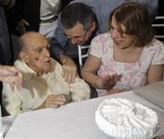 Foto de arquivo do arquiteto Oscar Niemeyer ao receber bolo por seu 103o aniversário em Niterói. Os exames laboratoriais realizados no arquiteto Oscar Niemeyer, de 104 anos, apresentaram piora, informou nesta terça-feira o hospital Samaritano, no Rio de Janeiro. 15/12/2010 REUTERS/Bruno Domingos