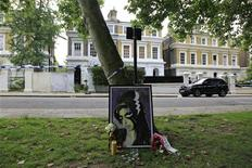 Flores e tributos são vistos em frente à casa da cantora britânica Amy Winehouse, em Londres, nesta foto de arquivo. A casa onde Amy morreu, foi vendida em leilão por 1,98 milhão de libras (3,2 milhões de dólares), depois de encalhar no mercado imobiliário. 24/07/2012 REUTERS/Stefan Wermuth