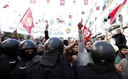 Manifestantes e policiais se enfrentam durante protestos na Tunísia. A polícia tunisiana dissolveu nesta terça-feira confrontos na capital, quando ativistas islâmicos pró-governo atacaram sindicalistas que acusam de ter incitado protestos da oposição na semana passada. 04/12/2012 REUTERS/Anis Mili