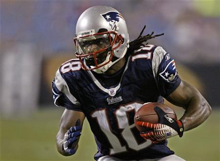 New England Patriots' wide receiver Donte Stallworth advances with the ball during second half pre-season NFL action in Charlotte, North Carolina, August 24, 2007. REUTERS/Chris Keane