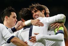 El Real Madrid se impuso el martes su partido de Liga de Campeones, mientras que el Málaga empató en su estadio, en dos encuentros en los que los clubes españoles no se jugaban nada, tras sellar su clasificación a octavos de final. En la imagen, el jugador del Real madrid Kaká (segundo por la derecha) es abrazado por su compañero Cristiano Ronaldo, junto a sus compañeros José Callejón (a la izquierda) y Pepe (a la derecha) en su partido del Grupo D de Liga de Campeones contra el Ajax de Ámsterdam, en el estadio Santiago Bernabéu de Madrid, el 4 de diciembre de 2012. REUTERS/Juan Medina