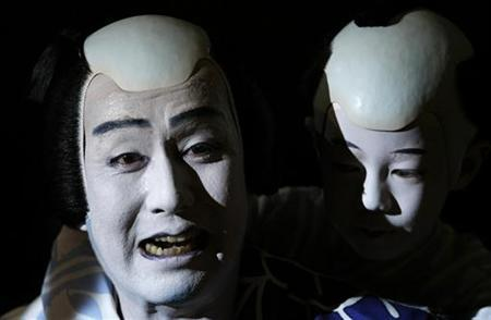 Japanese Kabuki actor Nakamura Kanzaburo (L) of the Tokyo's Heise Nakamura-za theatre performs during a dress rehearsal for the 'Summer Festival: A Mirror of Osaka' in Berlin May 14, 2008. REUTERS/Fabrizio Bensch/Files