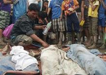 Un padre piange davanti al corpo del figlio, ucciso dal tifone che si è abbattuto sulle Filippine. REUTERS/Stringer