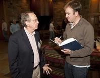 Il capoeconomista dell'Ocse, Pier Carlo Padoan (a sinistra), intervistato da un giornalista. REUTERS/Price Chambers